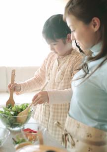 サラダを作る親子の写真素材 [FYI03912816]