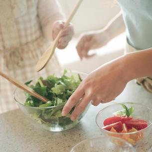 サラダを作る親子の手元の写真素材 [FYI03912817]