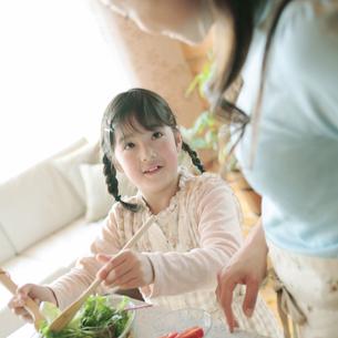 サラダを作る親子の写真素材 [FYI03912823]