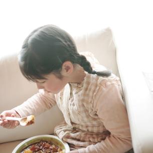 カレーライスを食べる女の子の写真素材 [FYI03912851]