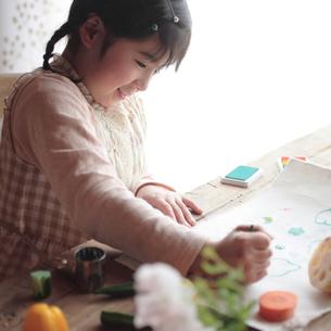 野菜スタンプで遊ぶ女の子の写真素材 [FYI03912860]