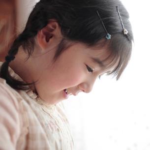 三つ編みの女の子の横顔の写真素材 [FYI03912878]