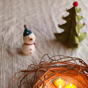 キャンドルとクリスマスグッズの写真素材 [FYI03912943]