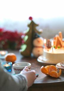 クリスマスケーキとコーヒーの写真素材 [FYI03912949]