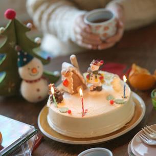 ちゃぶ台の上のクリスマスケーキの写真素材 [FYI03912970]
