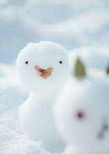 雪原に並ぶ雪だるまの写真素材 [FYI03913000]
