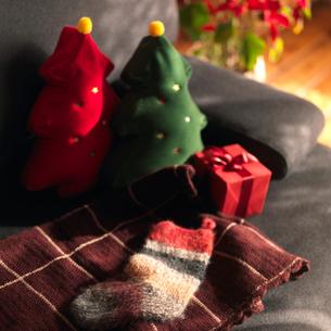 ソファーの上のクリスマスの写真素材 [FYI03913059]