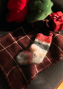 ソファーの上のクリスマスの写真素材 [FYI03913060]