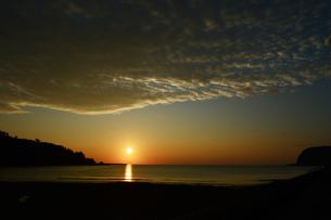 朝日が昇る海岸の写真素材 [FYI03913067]