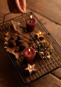 キャンドルに火を灯す手元の写真素材 [FYI03913069]