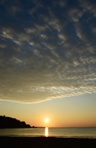 朝日が昇る海岸の写真素材 [FYI03913113]