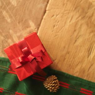 クリスマスプレゼントと松ぼっくりの写真素材 [FYI03913127]
