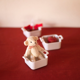 テーブルに飾られたクリスマスグッズの写真素材 [FYI03913146]