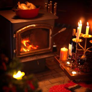 暖炉の前のクリスマスキャンドルの写真素材 [FYI03913153]