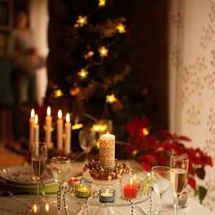 クリスマスのテーブルセッティングの写真素材 [FYI03913175]
