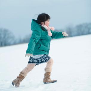 雪原を走る女の子の写真素材 [FYI03913181]