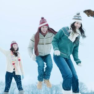 雪原で縄跳びをする若者たちの写真素材 [FYI03913223]