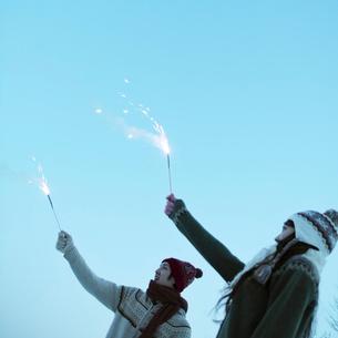 花火をするカップルの写真素材 [FYI03913262]