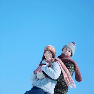 抱っこをして遊ぶカップルの写真素材 [FYI03913288]