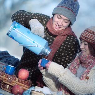 冬のハイキングをするカップルの写真素材 [FYI03913299]