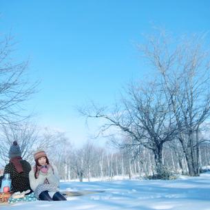 冬のハイキングをするカップルの写真素材 [FYI03913301]