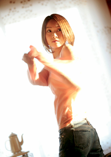 着替えをする女性の写真素材 [FYI03913307]
