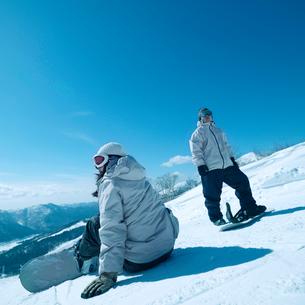 スノーボードをするカップルの写真素材 [FYI03913361]