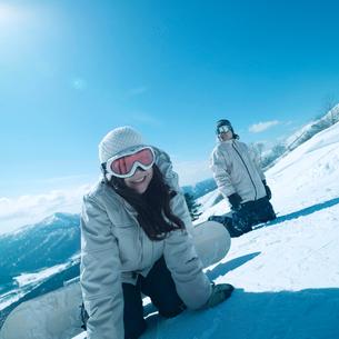 スノーボードをするカップルの写真素材 [FYI03913362]