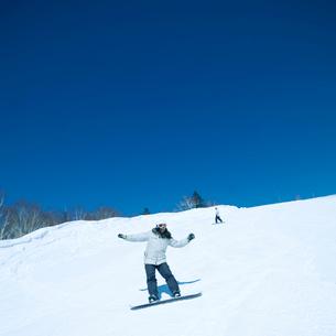 スノーボードをする女性の写真素材 [FYI03913365]