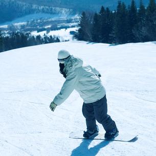 スノーボードをする女性の後姿の写真素材 [FYI03913371]