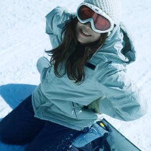 スノーボードで転んだ女性の写真素材 [FYI03913372]