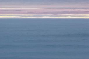 夜明け前の海の写真素材 [FYI03913565]