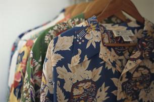 ハンガーに掛けた数枚のアロハシャツの写真素材 [FYI03913634]