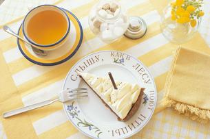 お皿にのったケーキと黄色のカップ&ソーサーと角砂糖等の写真素材 [FYI03913708]