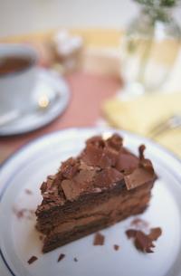 白いお皿にチョコレートケーキの写真素材 [FYI03913711]