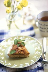 お皿にのったケーキ・ミント・花瓶にイエロー小花の写真素材 [FYI03913722]