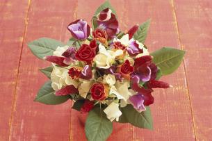 花瓶に赤・白バラ・ストロベリーキャンドル等の写真素材 [FYI03913742]
