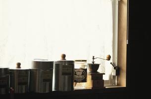 窓辺のキッチン用品の写真素材 [FYI03913844]