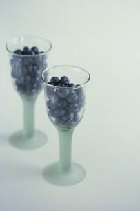 グラスに入れたブルーベリーの写真素材 [FYI03913863]