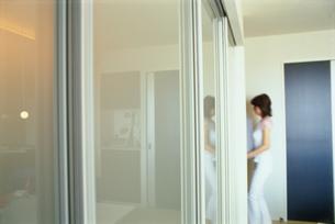 部屋に入る女性の写真素材 [FYI03913868]