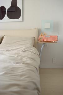 ベッドとサイドテーブルの写真素材 [FYI03913869]