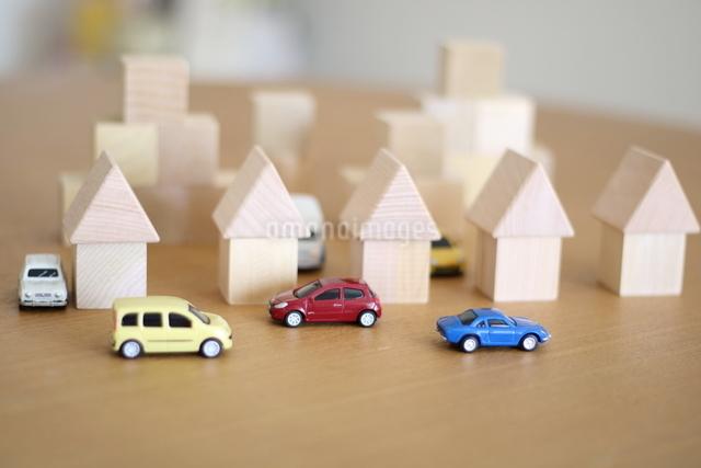 積み木の家とモデルカーの写真素材 [FYI03913899]