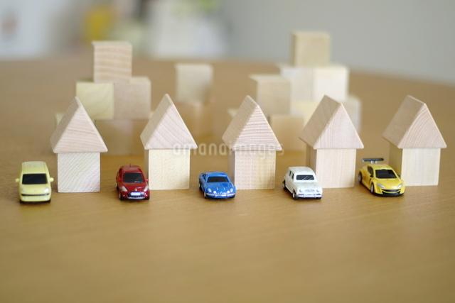 積み木の家とモデルカーの写真素材 [FYI03913900]
