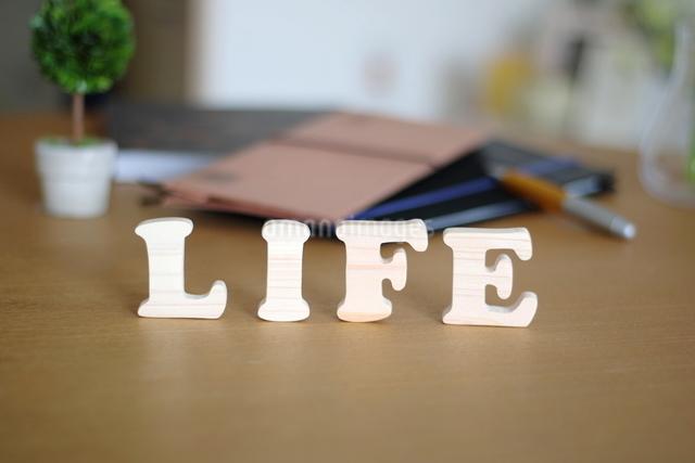 テーブルに置かれた積み木文字LIFEの写真素材 [FYI03913902]