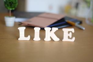 テーブルに置かれた積み木文字LIKEの写真素材 [FYI03913903]