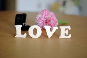 テーブルに置かれた積み木文字LOVEの写真素材 [FYI03913904]