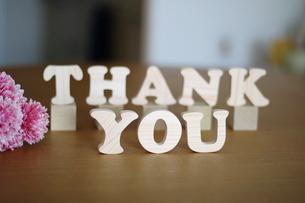 テーブルに置かれた積み木文字THANK YOUの写真素材 [FYI03913905]
