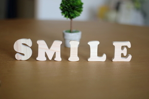 テーブルに置かれた積み木文字SMILEの写真素材 [FYI03913906]