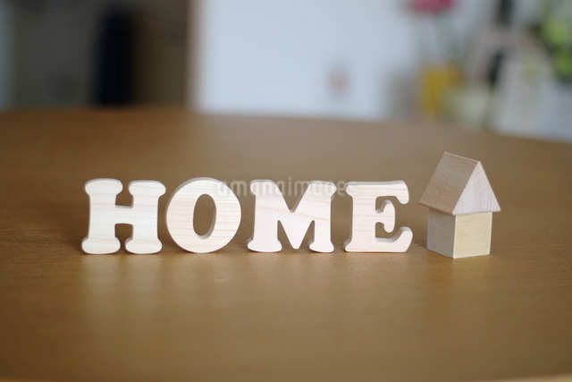 テーブルに置かれた家の積み木とHOME文字の写真素材 [FYI03913907]