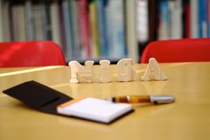 テーブルに置かれたNISAの積み木文字の写真素材 [FYI03913909]